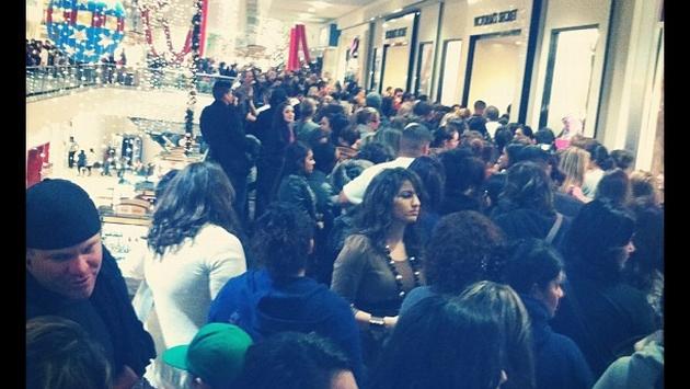 Las mujeres se abarrotan frente a la tienda Victoria's Secret. Fuente: @adisaboss_0