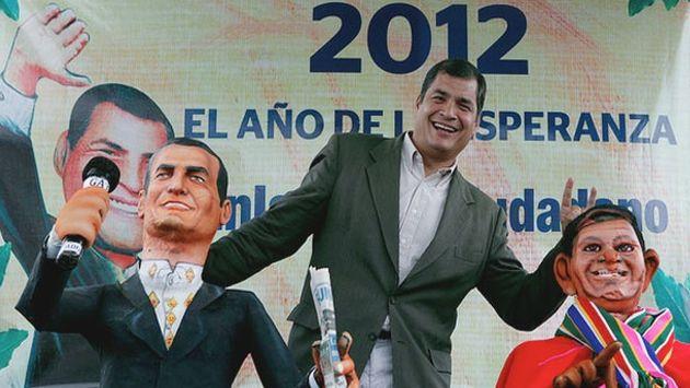 Correa quemó también unos monigotes que representan a sus opositores. (Presidencia de Ecuador)