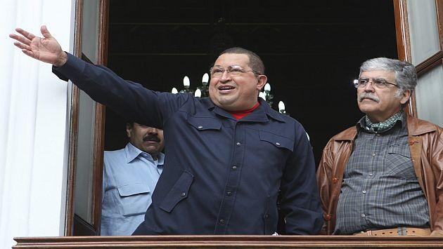 Chávez desobedece las órdenes de los médicos. (Reuters)