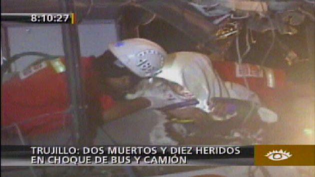 El chofer del bus quedó atrapado entre los fierros. (América TV)