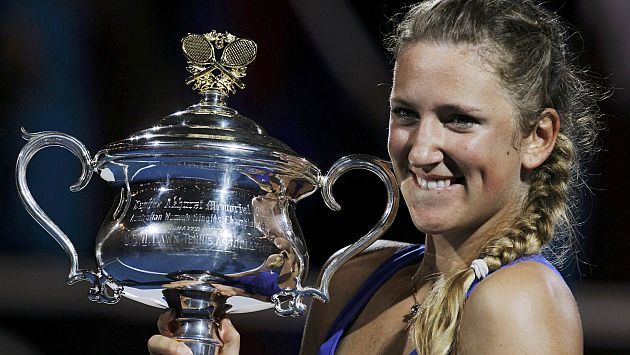 La jugadora de 22 años levanta el trofeo en Australia. (Reuters)