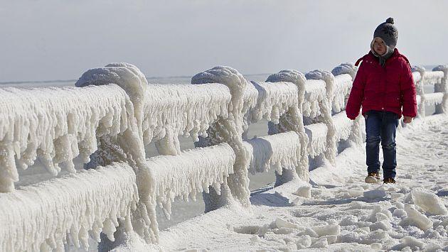 Un niño mira la muralla de contención congelada en Constanza, Rumania. (AP)