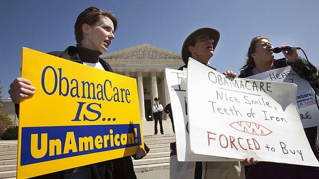 Fuera de la Corte, varios manifestantes expresaron su rechazo hacia la ley de Obama. (AP)