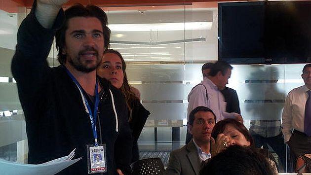 Juanes en coordinaciones con el equipo de diario colombiano (Fuente: El Tiempo)