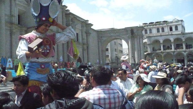 CIRO VENDE. En el Colca hay una escultura del joven con traje típico. (Andina)