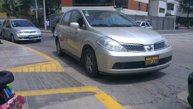 Foto Auto Estaciona Frente A Rampa Para Discapacitados En