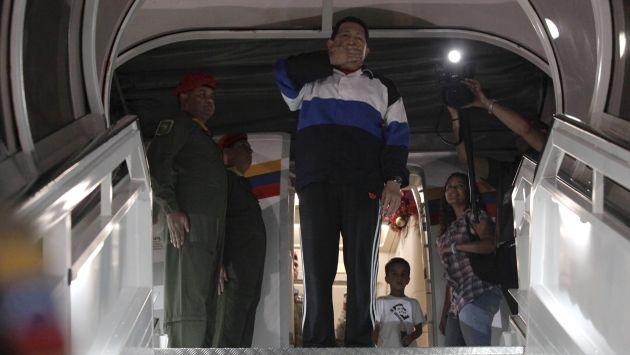 ¿ÚLTIMO ADIÓS? Hugo Chávez viajó a La Habana y prometió volver pronto a su país. Será operado por cuarta vez. (Reuters)