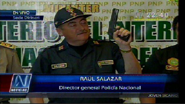 Salazar presenta el arma decomisada a 'Gringasho'. (Canal N)<!doctype html> <html lang=