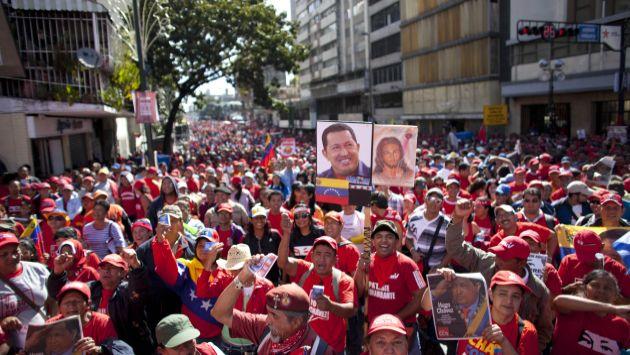 'MAREA ROJA'. Chavistas coparon cuadras de cuadras de la avenida Urdaneta y juraron fidelidad al presidente ausente. (AP)