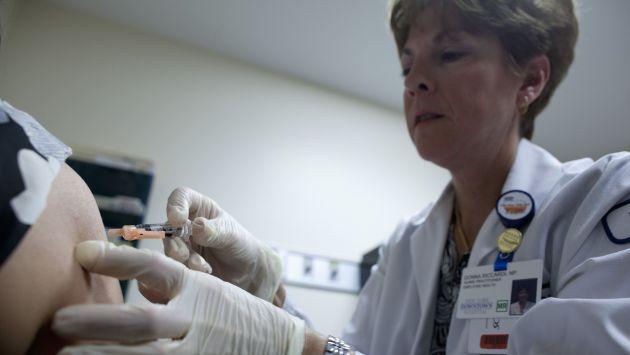 Neoyorquinos se vacunan como parte de una campaña para evitar más muertes. (Reuters)