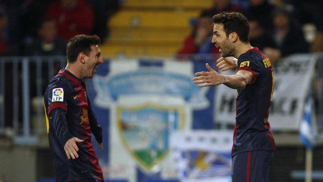 BUENA, SOCIO. Messi festeja con Fábregas, que también anotó. (Reuters)