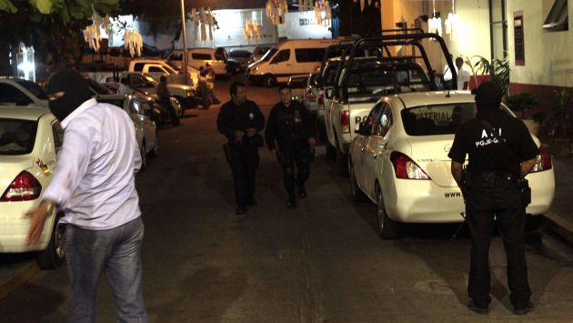 Policas custodian en las afueras del hotel, en Acapulco. (AP)