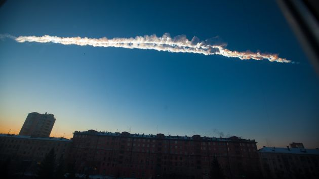 El meteorito dejó una enorme estala de nubes en los Urales. (AP)