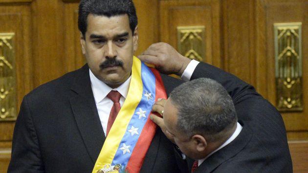 En nombre de Chávez. Maduro adelantó que entregará banda presidencial a un chavista en 2019. (AFP)