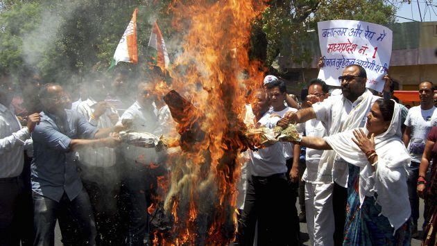 En Nueva Delhi, manifestantes protestan ante el Congreso para exigir más castigos contra violadores. (AP)