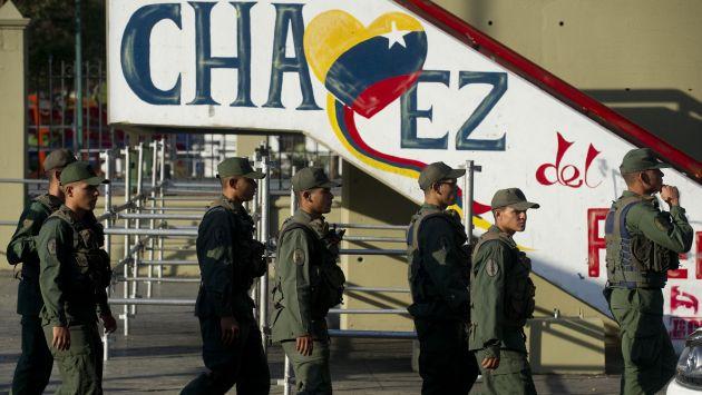 Militares se unirán a las tropas de la Guardia Nacional para custodiar las calles. (AFP)