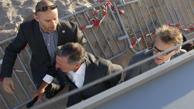 Los actores Christoph Waltz y Daniel Auteuil salieron corriendo a la playa. (AFP)