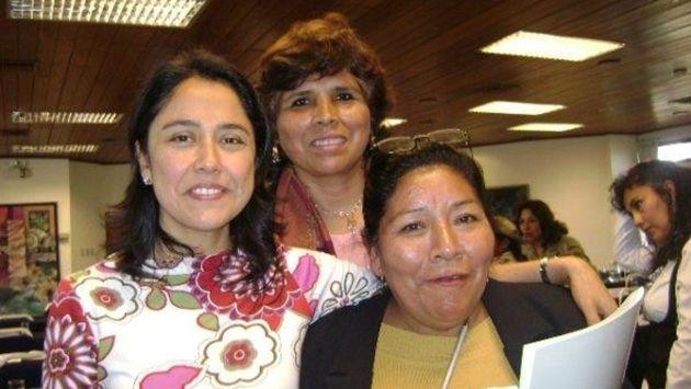 La gobernadora Rosa Cotrina (al centro), receptora de las donaciones, posa con Nadine Heredia. (Difusión)