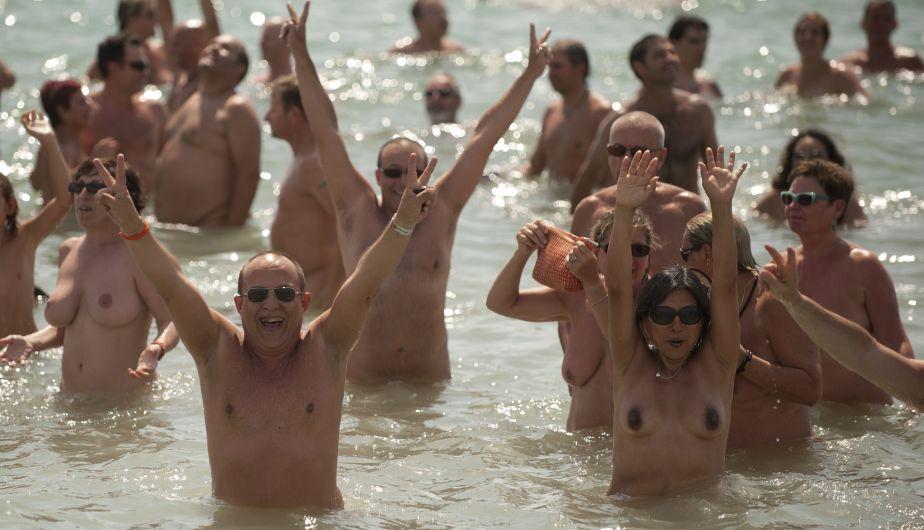 Fueron 729 personas bañándose desnudas al mismo tiempo. (AFP)