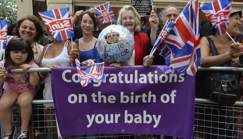 Muchos 'monárquicos' esperan frente al hospital St. Mary de Londres la presentación del bebé. (EFE)
