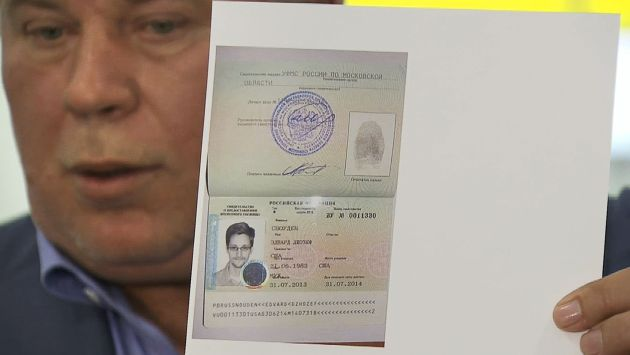 Por fin. Abogado de Snowden muestra la constancia de asilo. (AP)