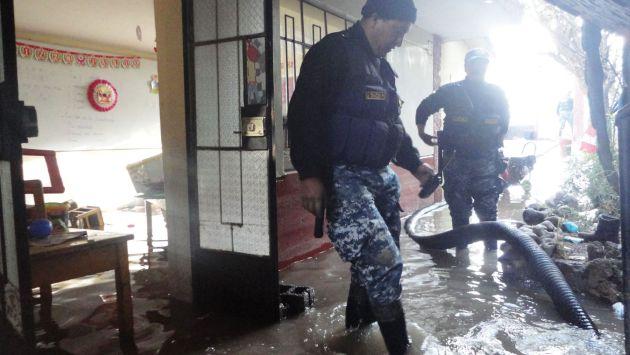 Serenos trabajaron por nueve horas para retirar el agua. (Andina)