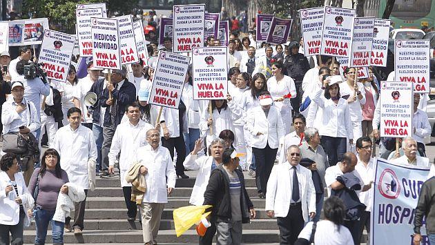 Los médicos protestan en las calles por mejores salariales. (David Vexelman)