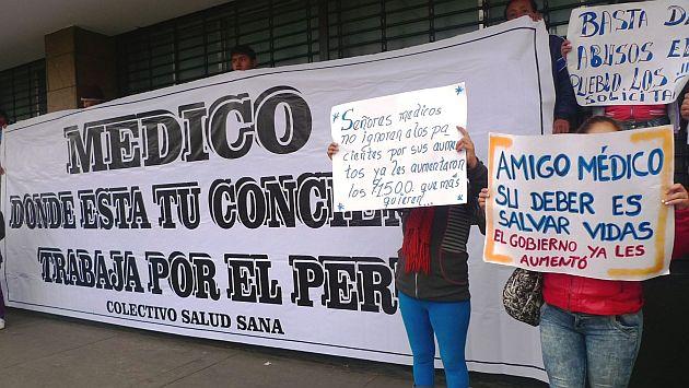 Pacientes reclaman el fin de la huelga médica con pancartas frente algunos hospitales de Lima. (Andina)