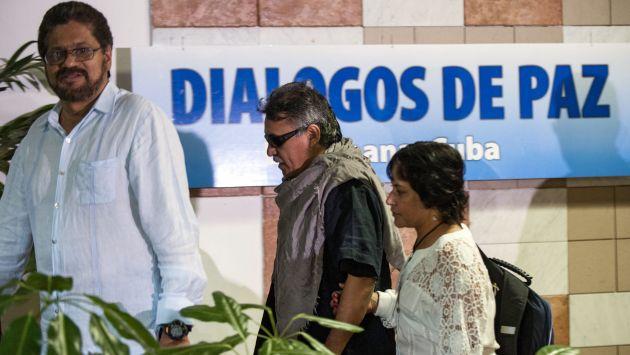 Miembros de las FARC abandonan sala de convenciones en Cuba. (AFP)