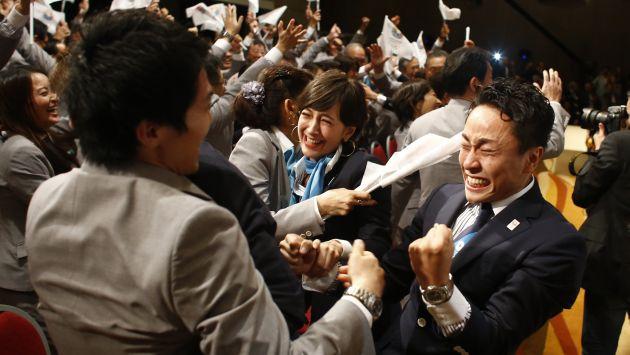 La delegación japonesa estalla de júbilo tras el anuncio ganador. (AP)