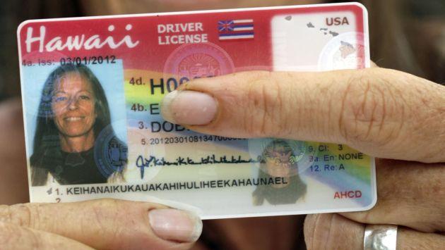 Janice Keihanaikukauakahihuliheekahaunaele muestra su licencia de conducir. (AP)