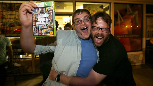 Fanáticos alrededor del mundo celebraron tener en sus manos el 'Grand Theft Auto V' (Reuters)