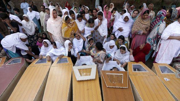 Los familiares de las víctimas rompieron en llanto cuando los identificaban. (EFE)