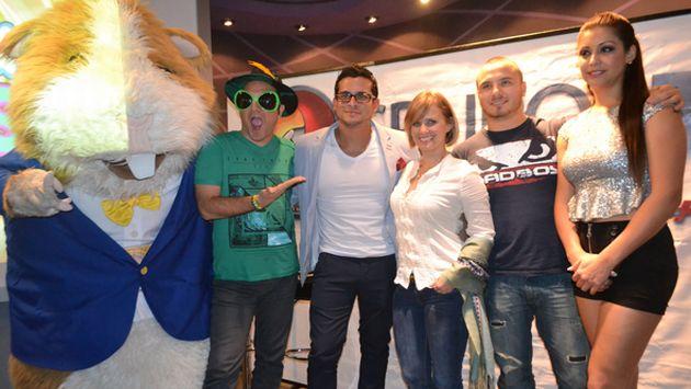Domínguez junto al grupo de conductores del programa. (ATV)