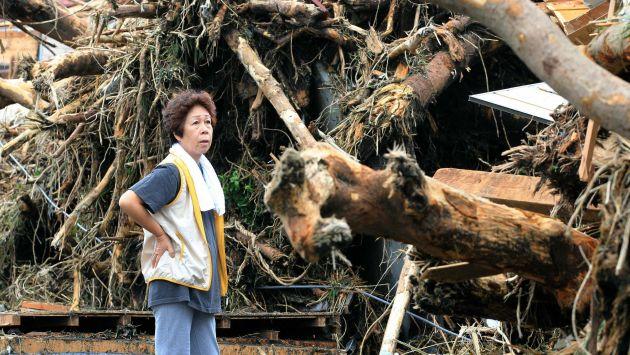 Pobladora de Izu Oshima ve la magnitud del desastre en árboles arrancados de raíz. (Reuters)