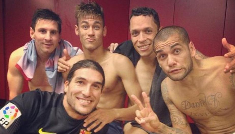 Neymar compartió esta fotografía en la que sale acompañado por Dani Alves, Lionel Messi, Adriano y José Manuel Pinto. (Instagram)