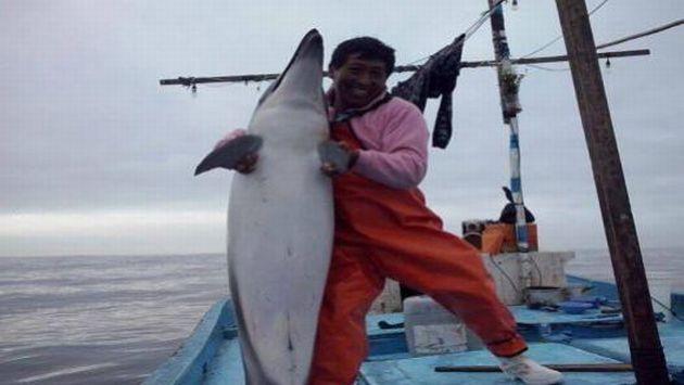 Salvador Aliaga posó con delfín muerto y publicó foto en red social.  (Facebook)