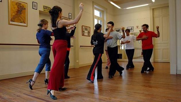 Bailar es más divertido y menos costoso que una mensualidad en el gimnasio. (Internet)