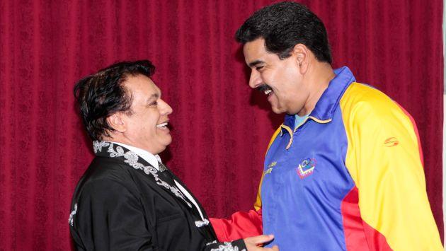 Juan Gabriel y Nicolás Maduro en el Palacio de Miraflores. (AFP)