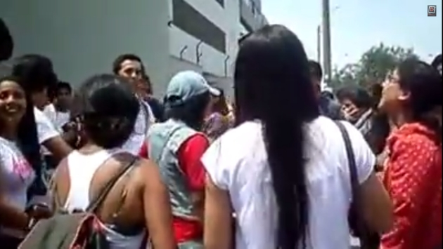 En el video se observa como la víctima es objeto de burlas de los universitarios. (Captura)