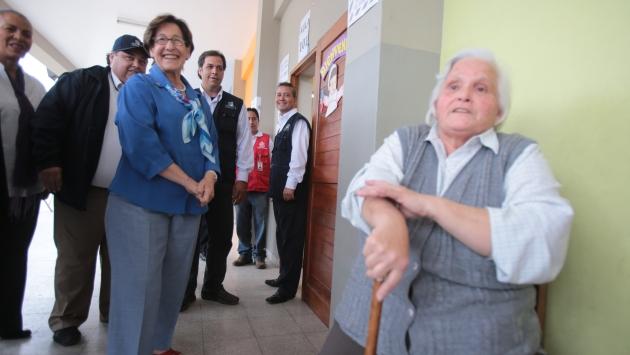 Villarán pasó mal rato cuando esta señora le recordó que no había hecho cola mientras ella llevaba bastante tiempo.(M. Pauca)