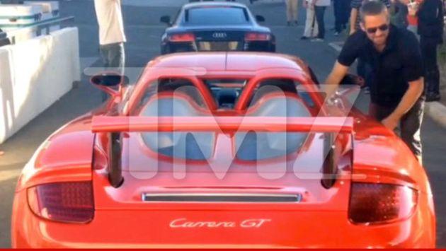 Paul Walker junto al auto de su amigo, antes de morir. (Splashnewsonline.com)