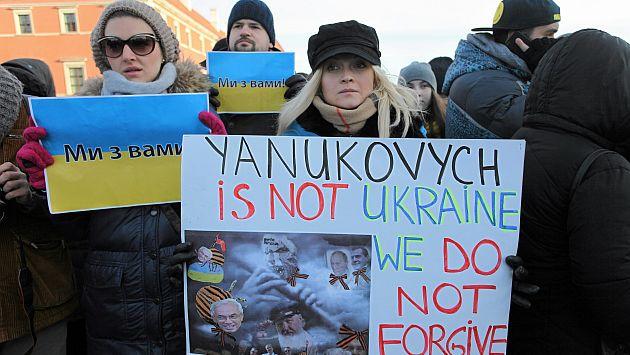 Ucranianos mostrando su malestar contra Viktor Yanukovich. (Reuterrs)