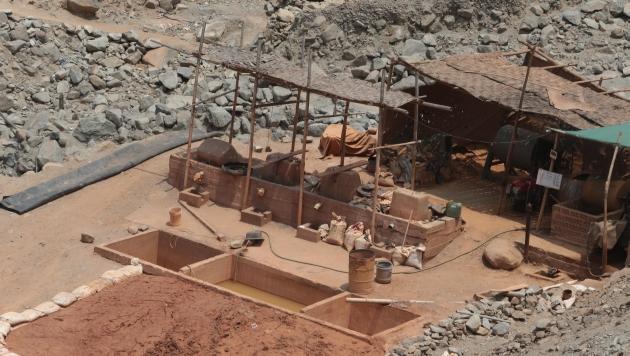 Quimbalete, pozas y relaves. Esta imagen fue tomada muy cerca a Lima. La minería ilegal ya toca las puertas de la capital. (Martín Pauca)