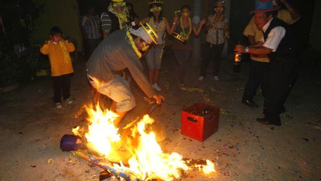La quema de muñecos es algo tradicional en cada Año Nuevo. (Perú21)
