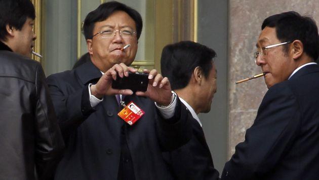 China prohíbe a sus funcionarios fumar en público. (AP)