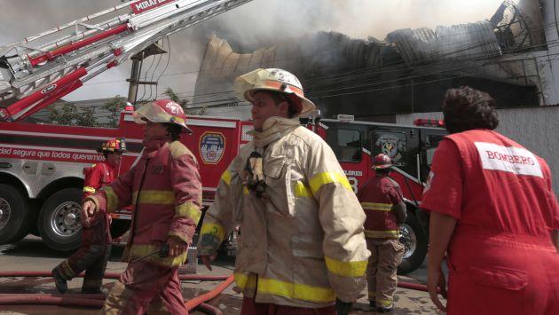 Bomberos atendieron 179 emergencias en primeras horas del 2014 en Lima. (USI)