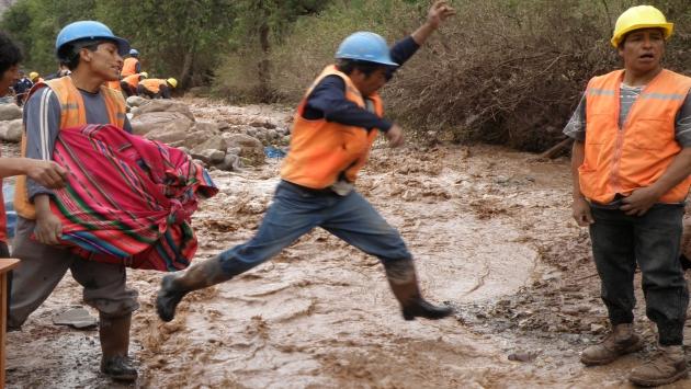 Vía hacia Quellouno quedó destrozada por rebose de afluente y caída de lodo y piedras. (USI)