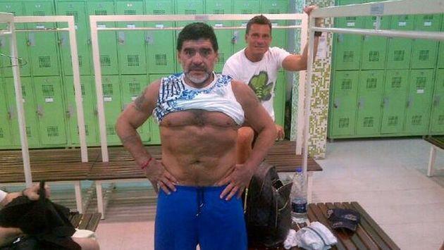 Con la camiseta levantada, Maradona demostró que viene trabajando su cuerpo. (Twitter)
