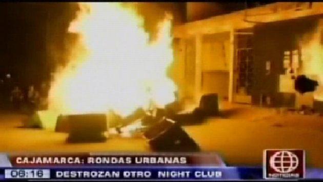 Ronderos prendieron fuego a pertenencias del prostíbulo. (América TV)
